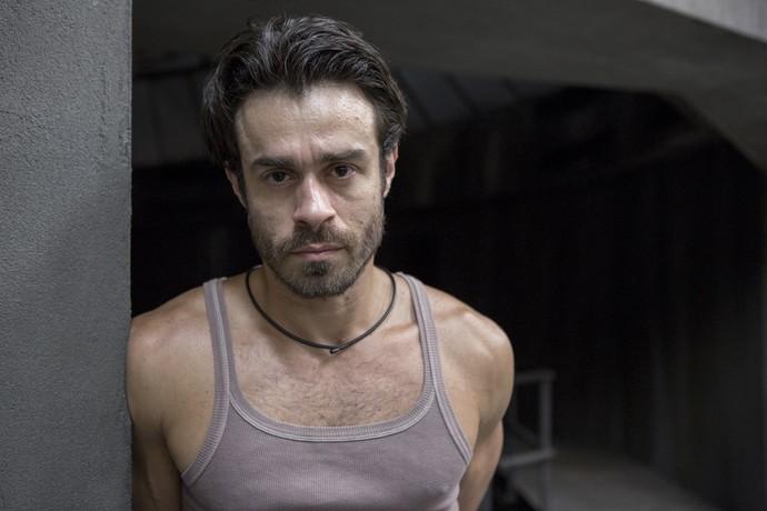 Erom Cordeiro interpreta o capitão Sergio, 35 anos. Homem bonito, confiante e líder nato. Pertenceu aos quadros da PM, mas foi afastado por causa de um crime que sustenta não ter cometido (Foto: Gshow/Fabio Rocha)