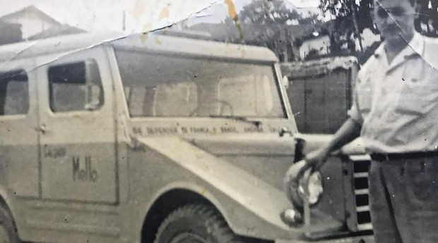 Em 1950, o bisavô da família dirigia um carro em que estava escrito