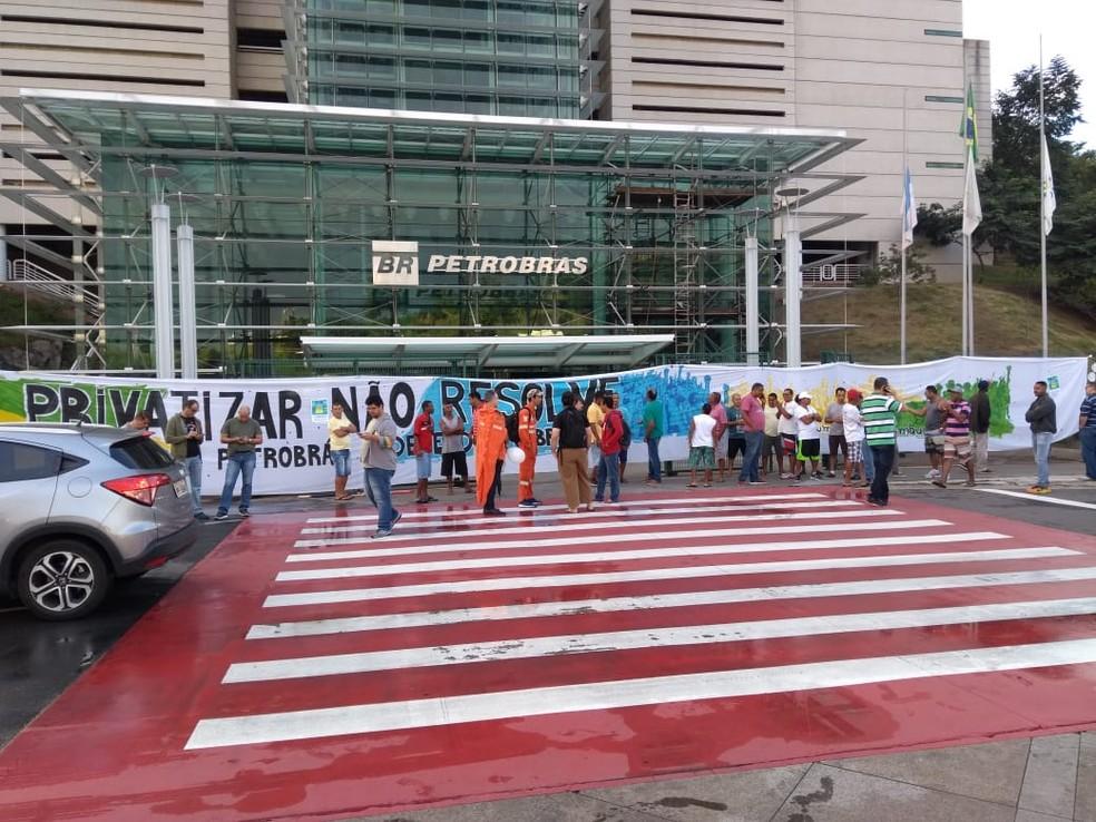 Protesto de petroleiros em frente à sede da Petrobras, em Vitória (Foto: Fernando Estevão/ TV Gazeta)