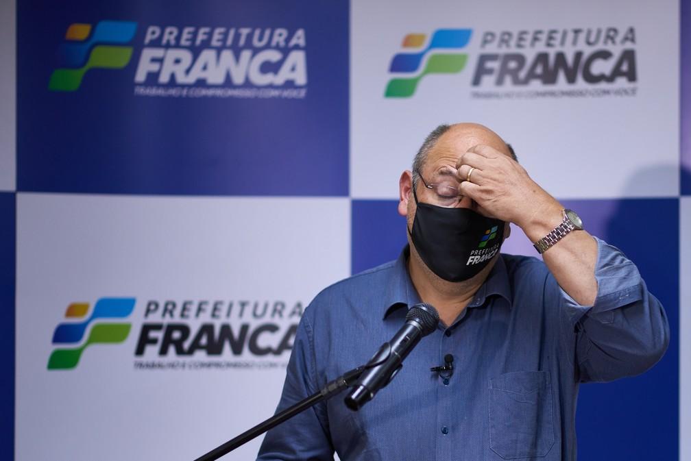 Alexandre Ferreira (MDB), prefeito de Franca (SP), durante anúncio de novas restrições contra a Covid — Foto: Igor do Vale