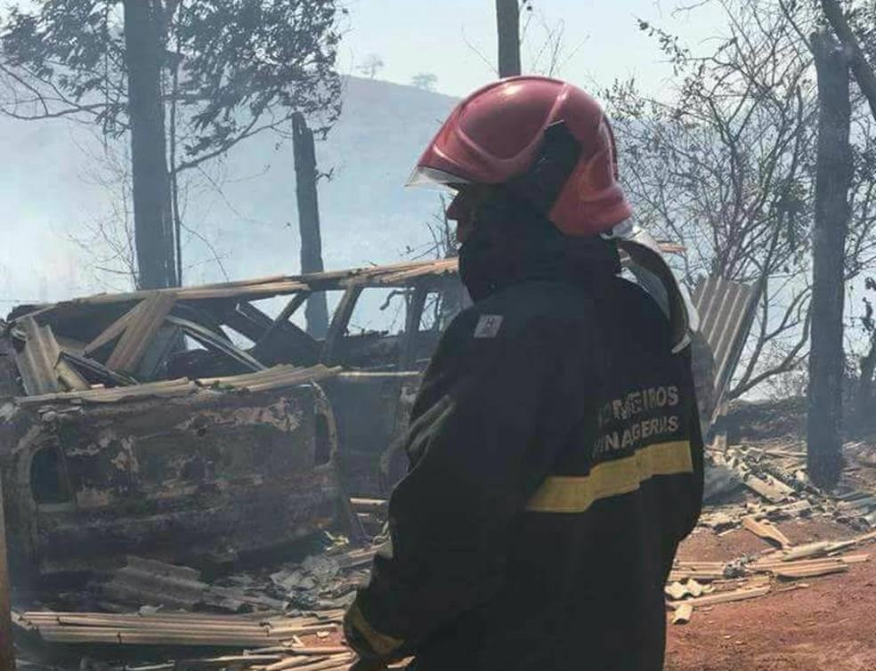 -  Carros ficaram destruídos em Visconde do Rio Branco  Foto: Corpo de Bombeiros/Divulgação
