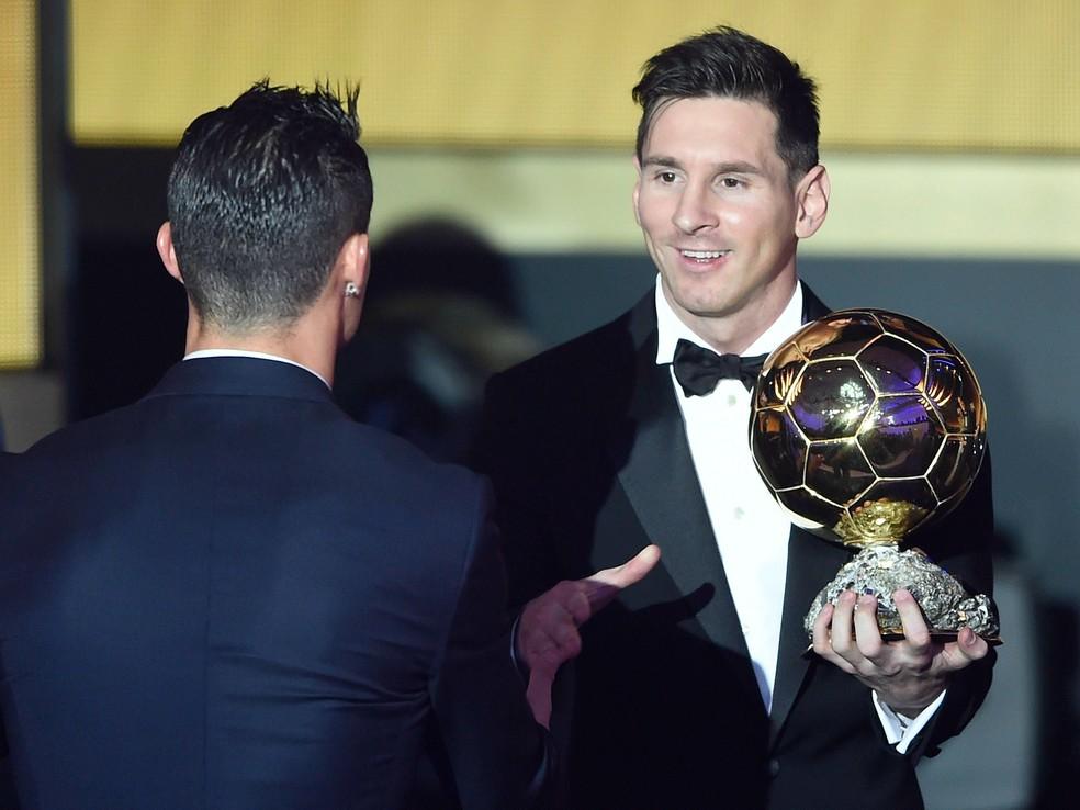 Messi, com a Bola de Ouro nas mãos, cumprimenta Cristiano Ronaldo — Foto: EFE