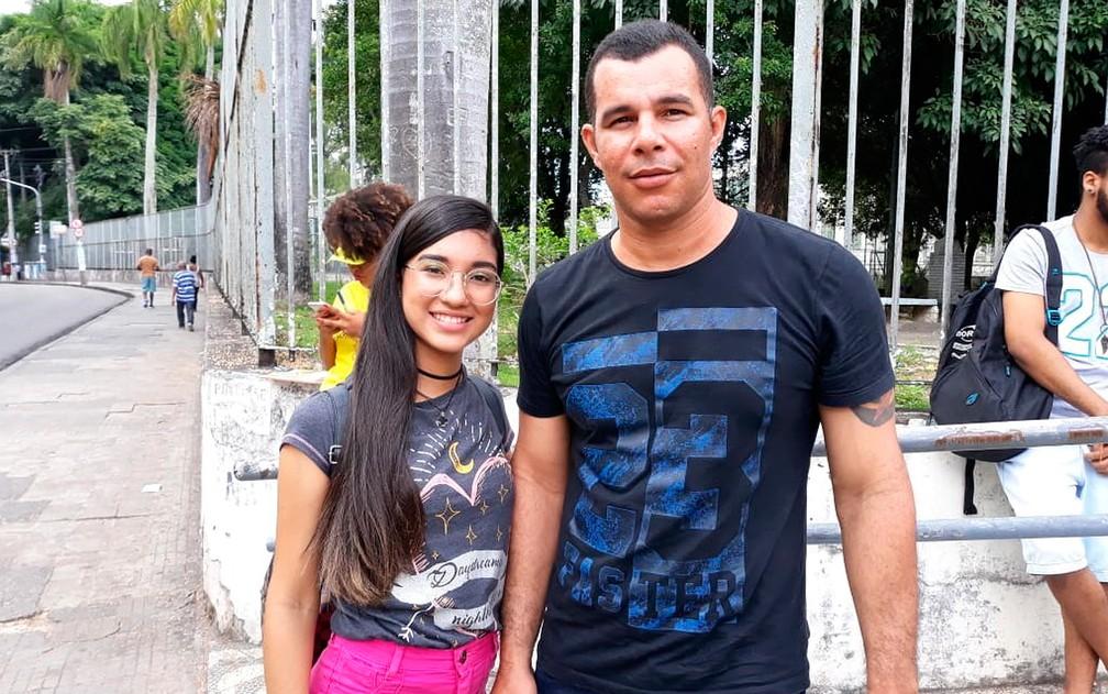 Ivan acompanhou a filha, Tainá, no primeiro de prova do Enem em Salvador — Foto: Alan Oliveira/ G1