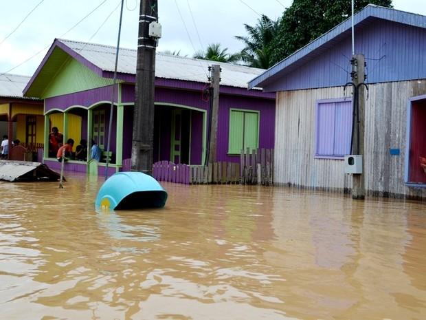 Água cobre orelhão na cidade de Tarauacá (Foto: Vanísia Nery/G1)