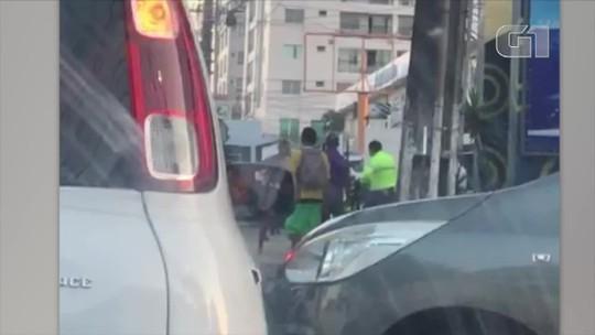 Vídeo mostra motorista agredindo agente de trânsito em Natal