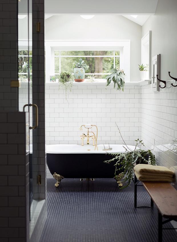 Décor do dia: banheiro vintage com azulejo de metrô e plantas (Foto: Divulgação)
