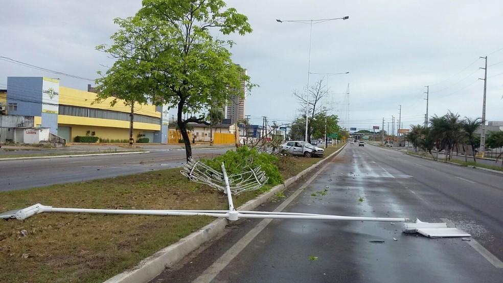 Um dos braços do poste ficou sobre uma das faixas da rodovia, no sentido Parnamirim/Natal (Foto: Sérgio Henrique Santos/Inter TV Cabugi)