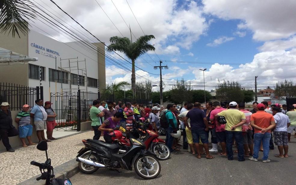 Marchantes protestam contra fechamento de matadouro em Itabaiana — Foto: Rafael Carvalho/TV Sergipe