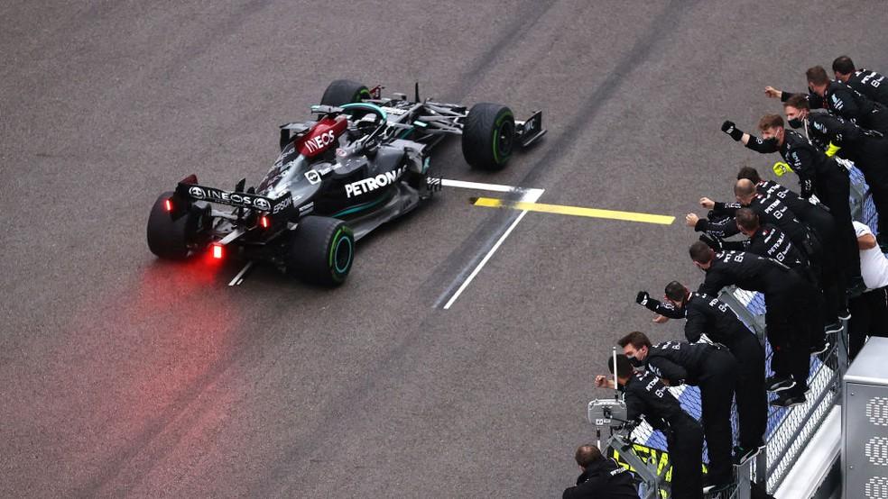 Lewis Hamilton supera Lando Norris no fim e vence GP da Rússia — Foto:  Lars Baron - Formula 1/Formula 1 via Getty Images