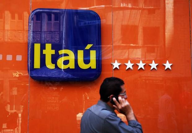 Cliente diante de agência do banco Itaú Unibanco no Rio de Janeiro (Foto: Pilar Olivares/Reuters)