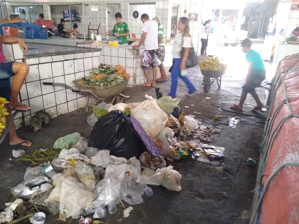 Mercado Darcílio Wanderley fica no Centro de Patos, PB, e está sem coleta de lixo desde a sexta-feira (9) — Foto: Epitácio Germano/Arquivo Pessoal