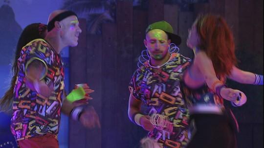 Ana Clara, Ayrton e Kaysar dançam na pista da Festa Pop 80