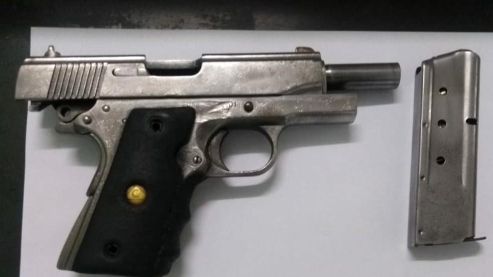 Arma encontrada com PM foi apreendida em Garatinguetá — Foto: Divulgação