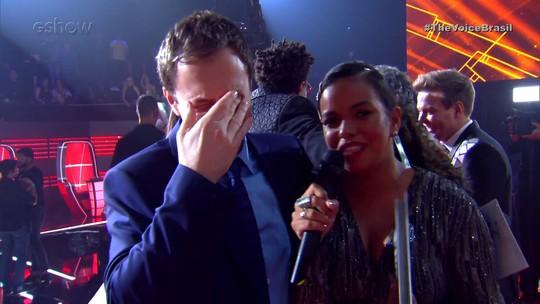 Tiago Leifert cai no choro e não consegue dar entrevista após Final do 'The Voice Brasil'