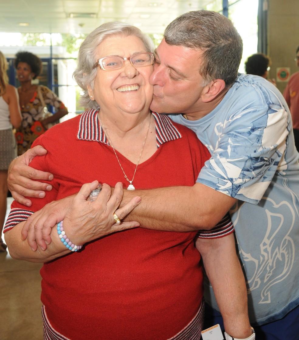 Jorge Fernando e a mãe, Hilda Rebello, em foto nos bastidores da novela 'Caras e Bocas' — Foto: TV Globo / Frederico Rozário