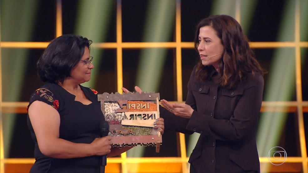 Fernanda Torres acompanhou Margarida ao palco do Especial Inspiração — Foto: TV GLOBO