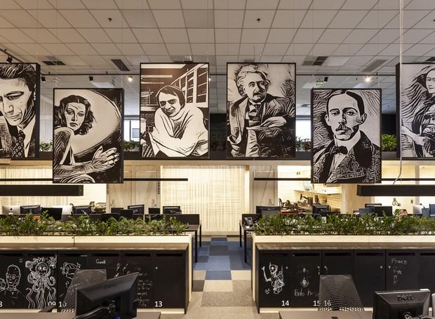 Grandes pensadores decoram o espaço enquanto inspiram os analista de dados no trabalho que exige muita criatividade (Foto: Ricardo Bassetti/Divulgação)