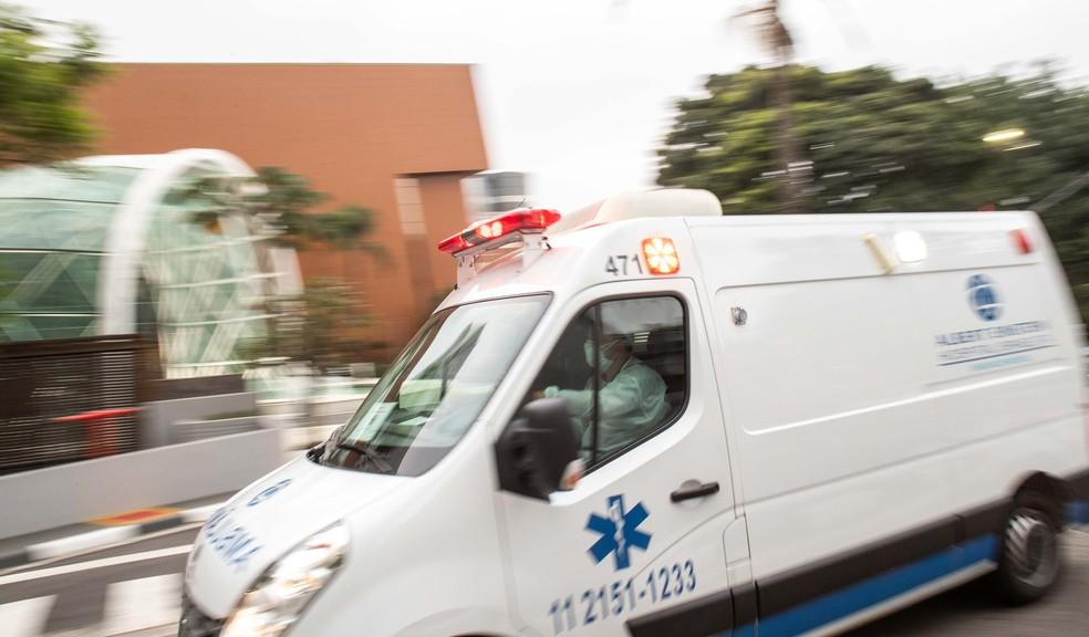 Ambulância deixa o Hospital Israelita Albert Einstein, Av. Albert Einstein, bairro do Morumbi, região sudoeste de São Paulo, nesta quarta-feira, 2 de dezembro de 2020. — Foto: DANIEL TEIXEIRA/ESTADÃO CONTEÚDO