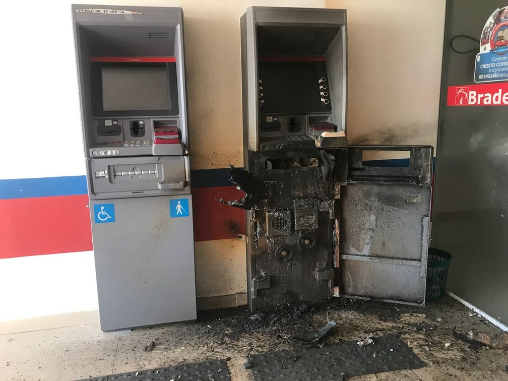 Caixa foi explodido, mas dinheiro não foi levado (Foto: PM/Divulgação)