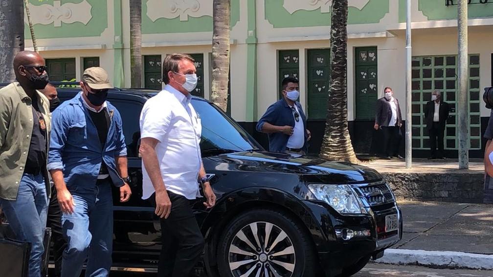 Bolsonaro chega para votar na Vila Vintém — Foto: Cristina Boeckel/G1 Rio