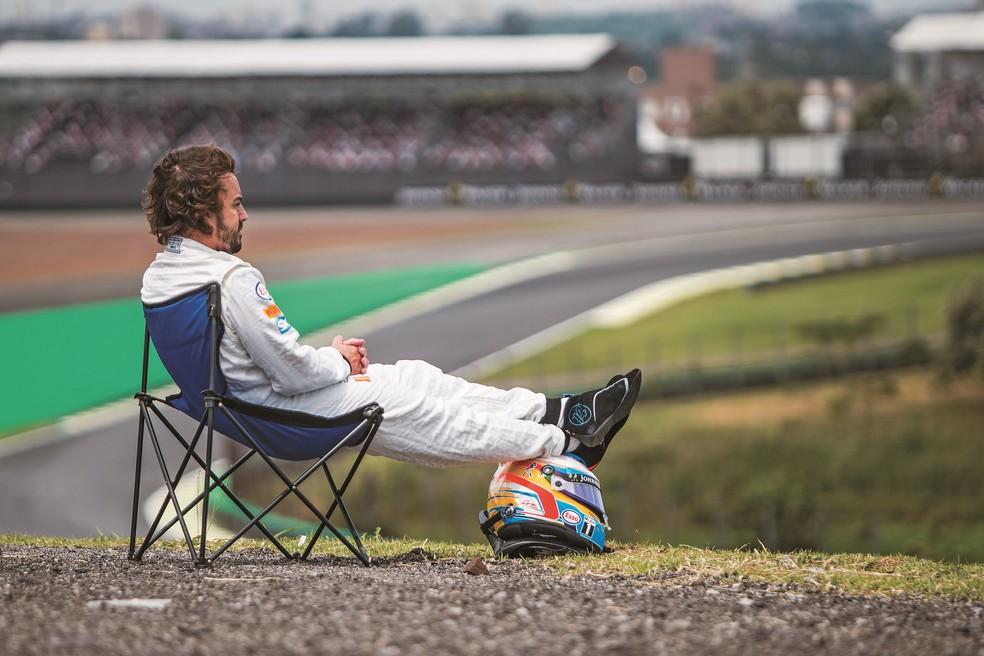 A imagem de Fernando Alonso  tomando sol em Interlagos fez a alegria das redes sociais (Foto: Bruno Terena)