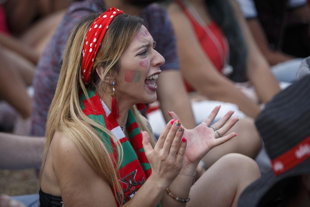 Torcedora acompanha jogo de Portugal contra o Uruguai durante o Rock in Rio Lisboa (Foto: Divulgação )