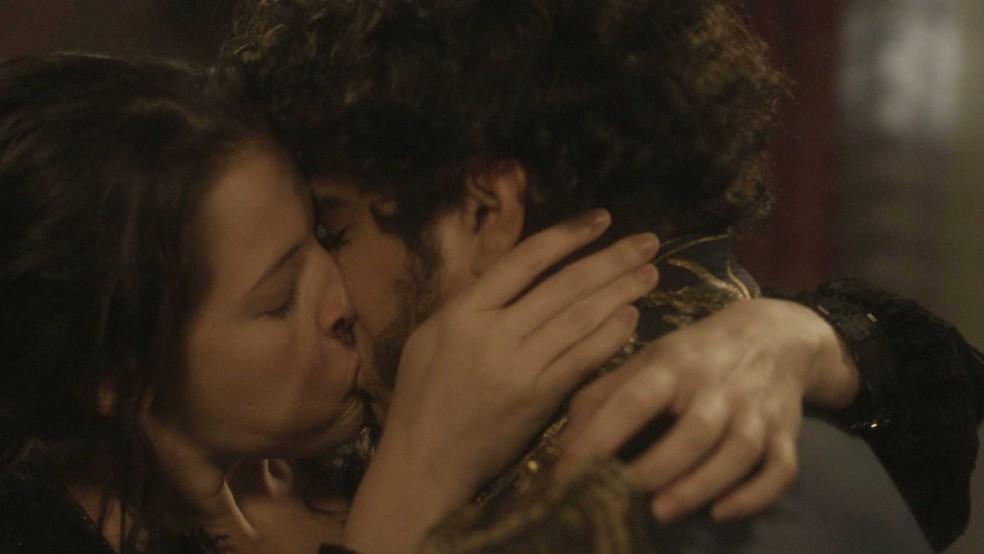 Domitila (Agatha Moreira) sequestra Dom Pedro (Caio Castro) e ele não resiste, em 'Novo Mundo' — Foto: TV Globo