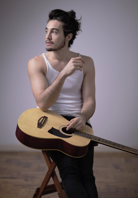 O cantor e compositor Tiago Iorc faz música calcada no violão, com som já essencialmente acústico — Foto: Rafael Kent / Divulgação