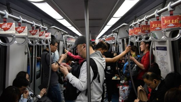 Passageiros dentro de metrô na China (Foto: Donat Sorokin/Getty Images)