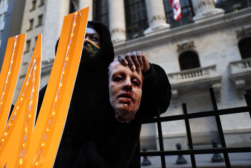 NEW YORK, USA - JANUARY 28: A group of demonstrators are gathered by the New York Stock Exchange building (NYSE) to protest Robinhood and bring their voices to Wall Street trades amid GameStop stock chaos in New York City, United States on January 28, 202 (Foto: Anadolu Agency via Getty Images)