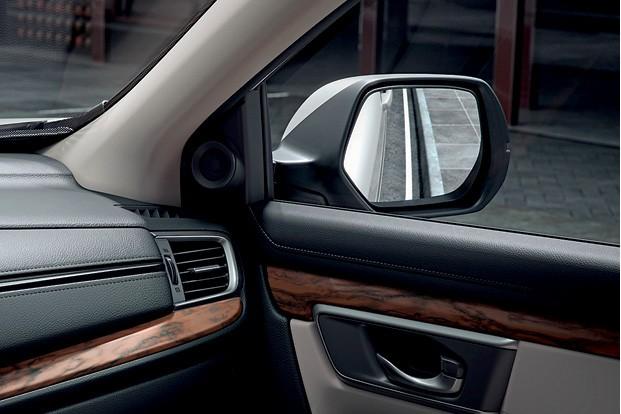 Retrovisor pode inclinar durante as balizas para  ajudar o motorista a evitar aquela desagradável ralada na roda (Foto: Divulgação)