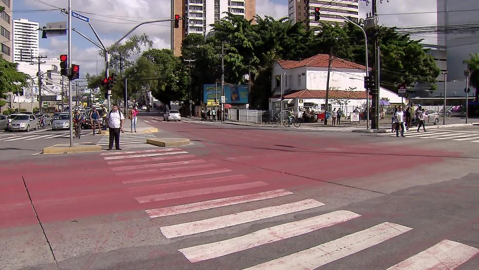 Cruzamento da Avenida Agamenon Magalhães com a Rua Paissandu é pintado de vermelho para lembrar vítimas de atropelamento — Foto: Reprodução/TV Globo