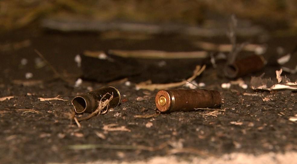 Munições de fuzil encontradas na rodovia — Foto: Marlon Tavoni/EPTV