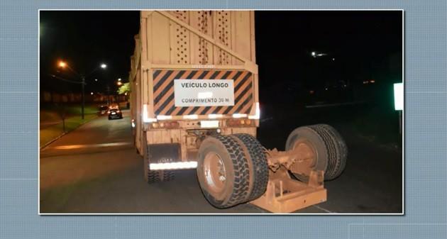 Trem bate em carreta carregada com cana em Jandaia do Sul; VÍDEO