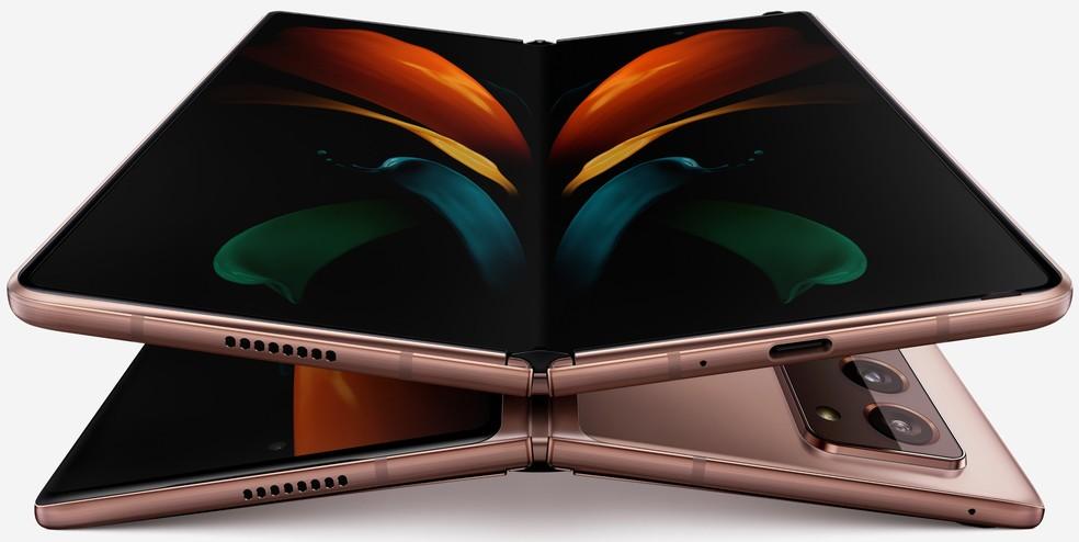 Galaxy Z Fold 2 se dobra como se fosse um livro — Foto: Reprodução/Evan Blass