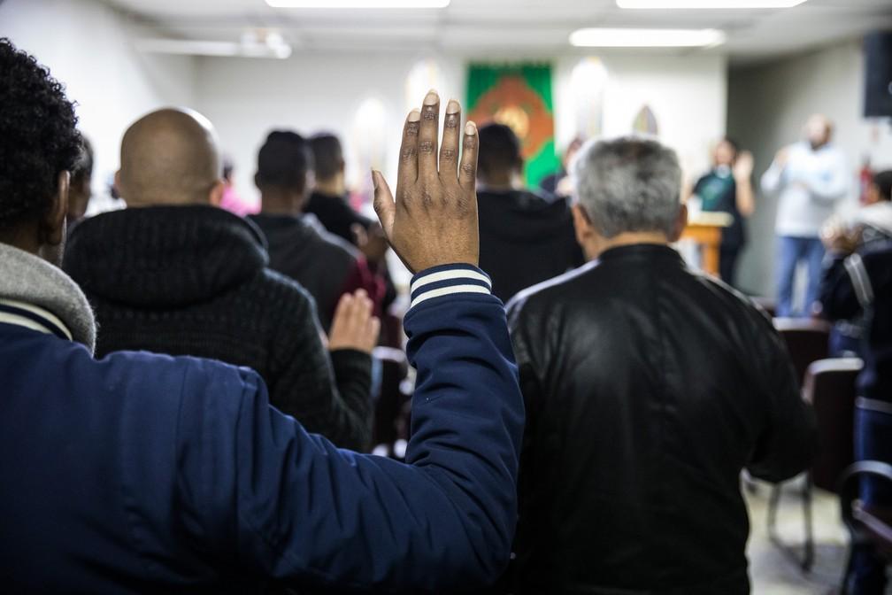 Fiéis erguem as mãos durante culto de domingo na ICM São Paulo (Foto: Fábio Tito/G1)