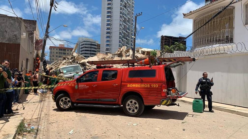 Bombeiros fazem resgate de vítimas no segundo dia de buscas do desabamento do Edifício Andrea, em Fortaleza — Foto: Reprodução/SVM