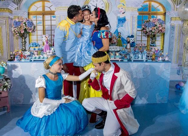 Naldo beija Ellen Cardoso em festa de aniversário de Maria Vitória (Foto: Tânia Plácido)