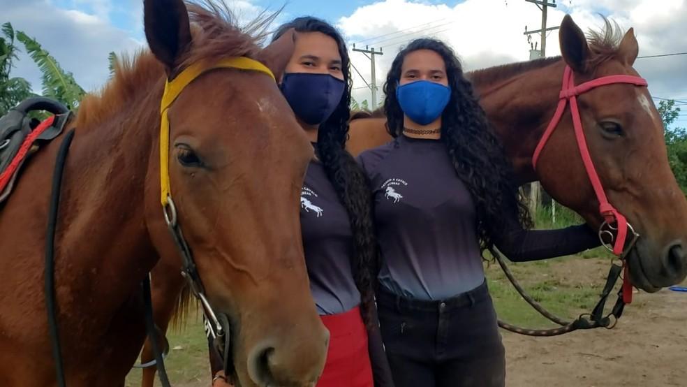 As gêmeas Jéssica e Bárbara treinam hipismo em um terreno baldio emprestado por um amigo da família em Cabo Frio, no RJ — Foto: Isadora Aires