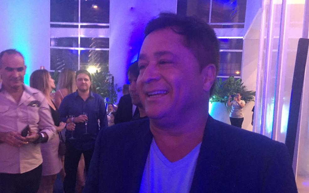 O sertanejo Leonardo prestigia o cantor Roberto Carlos durante lançamento de empreendimento residencial em Goiânia (Foto: Vanessa Martins/G1)