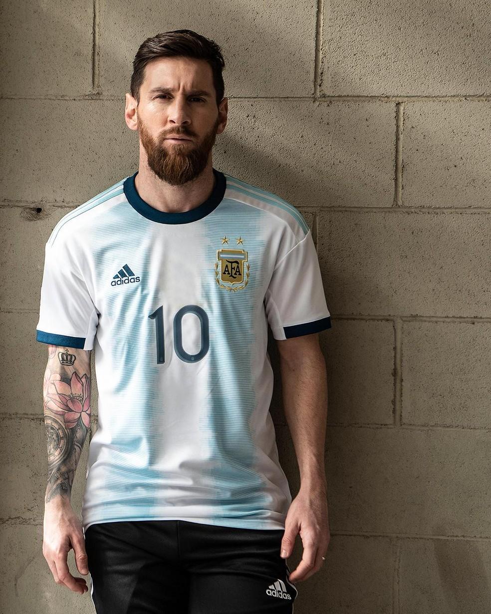 Messi com a nova camisa da seleção da Argentina — Foto: Reprodução