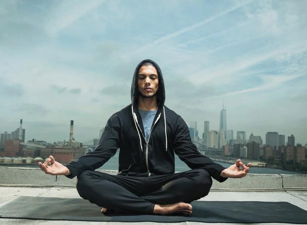 Meditar é uma prática responsável por promover autoconhecimento e bem-estar (Foto: Men's Journal/ Reprodução)
