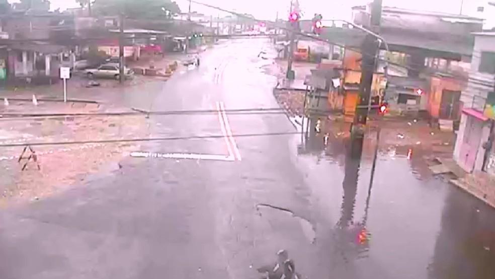 Avenida Dois Rios, no Ibura, tem pontos de alagamento na manhã desta sexta-feira (2) — Foto: Reprodução/WhatsApp