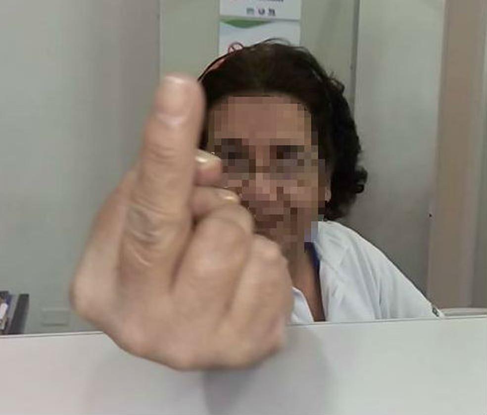 Auxiliar de enfermagem faz gesto obsceno para paciente em Itanhaém, SP (Foto: Arquivo Pessoal)