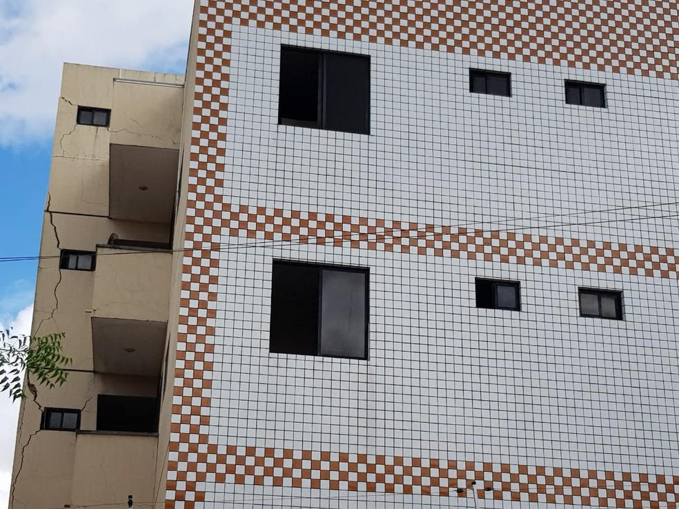 Moradores relatam que já era possível perceber rachaduras na estrutura do edifício — Foto: José Leomar/SVM