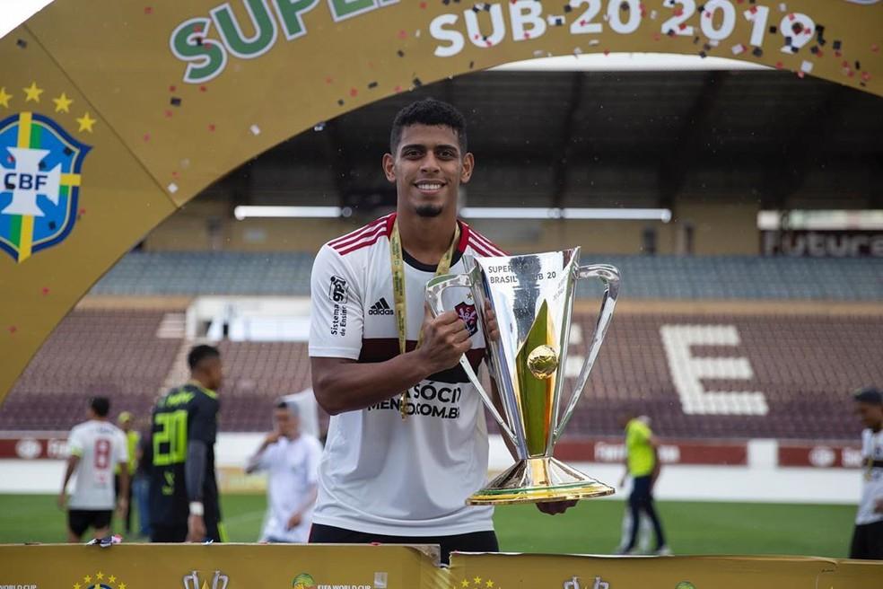 Ítalo com o troféu da Supercopa do Brasil Sub-20 em 2019 — Foto: Arquivo Pessoal