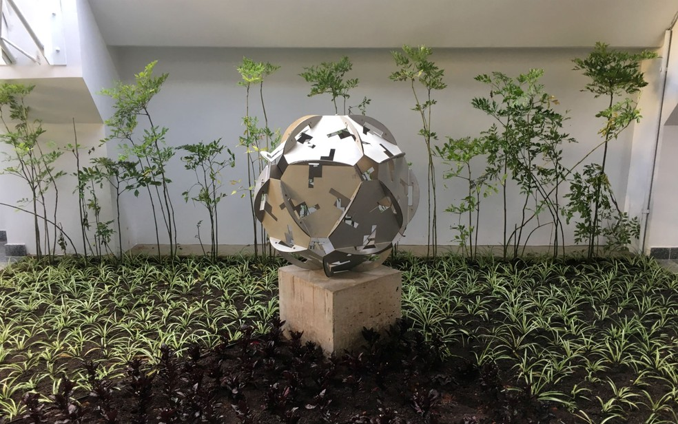 Escultura do artista plástico Darlan Rosa, no jardim interno do Espaço Cultural Renato Russo (Foto: Luiza Garonce/G1)