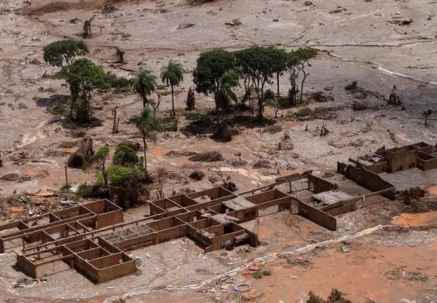 Destroços da escola municipal de Bento Rodrigues, que ficou coberta por lama após uma barragem da Samarco, uma joint venture entre Vale e BHP Billiton, se romper em Mariana, no Estado de Minas Gerais (Foto: Ricardo Moraes/Arquivo/Reuters)