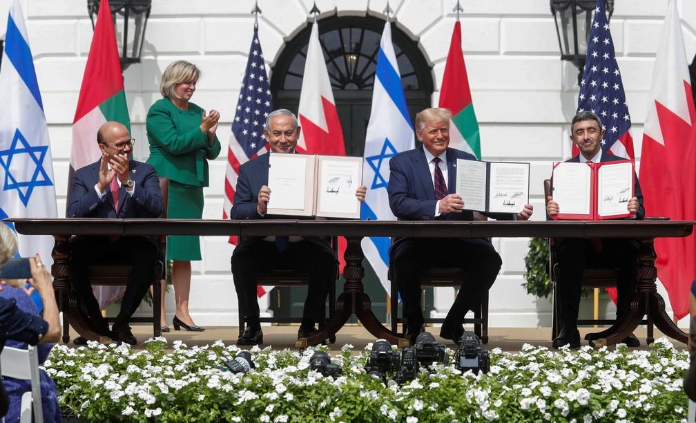 Abdullatif Al Zayani, do Bahrein; Benjamin Netanyahu, de Israel; Donald Trump, dos EUA e Abdullah bin Zayed, dos Emirados Árabes, durante cerimônia de assinatura de acordo — Foto: REUTERS/Tom Brenner