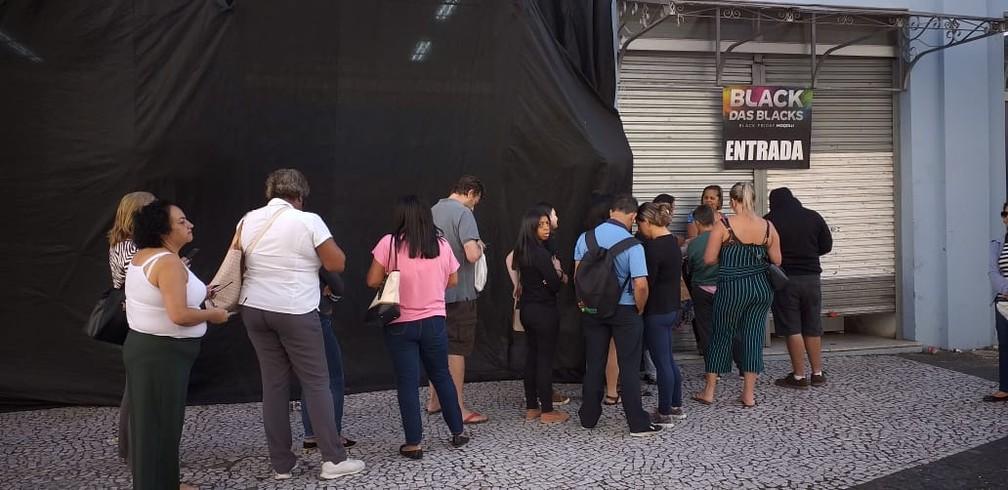 Lojas do Centro de Florianópolis, às 6h46, com fila tímida para a Black Friday — Foto: Júlio Ettore/ NSC TV